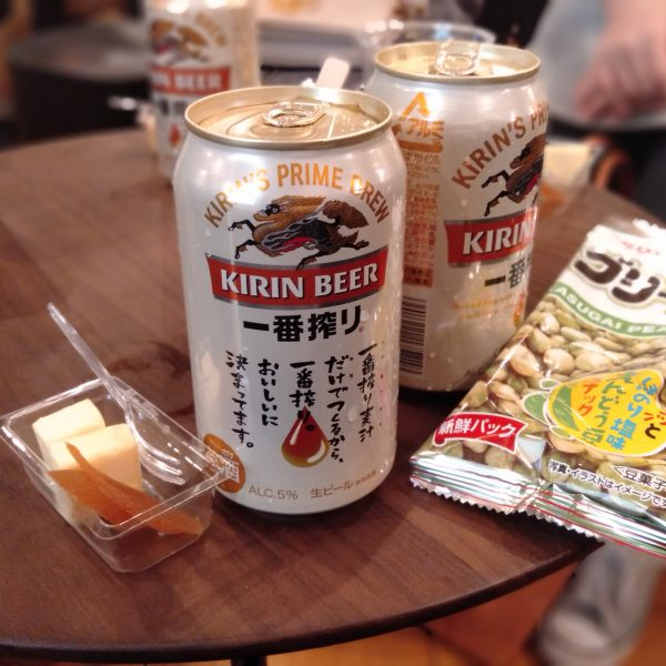 名駅-スナックかすがい-缶ビールとおつまみ